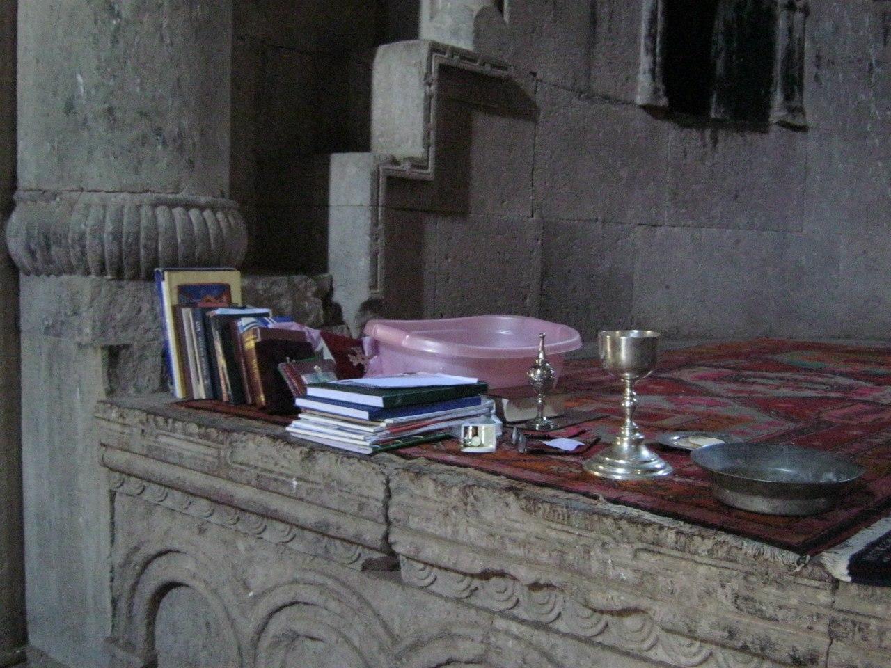 В армянской церкви дежурит священник