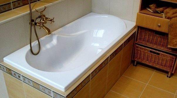 КАК СДЕЛАТЬ ВАННУ БЕЛОСНЕЖНОЙ Делюсь с вами очень простым способом!! Отмыть ванну от ржавчины и налетов не составит труда даже молодой хозяйке. Кaк? Дa oчeнь прoстo! 1. Смешайте по 2 ст.л. кальцинированной и питьевой соды и натрите влажную ванну этой смесью. 2. Через 5-10 минут возьмите 50 г уксуса и 50 г отбеливателя. Не смывая первый чистящий слой, нанесите поверх него другой. 3. Через полчаса ополосните резервуар большим количеством воды. Ваша ванна станет белоснежной - вы убедитесь в этом…