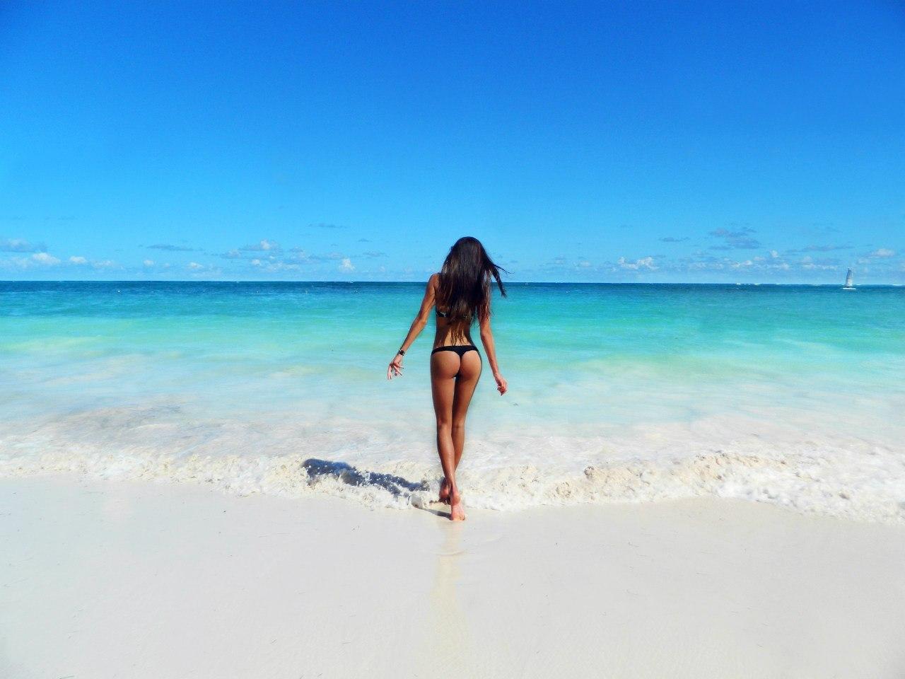 Фото на аву для девушек брюнеток на пляже