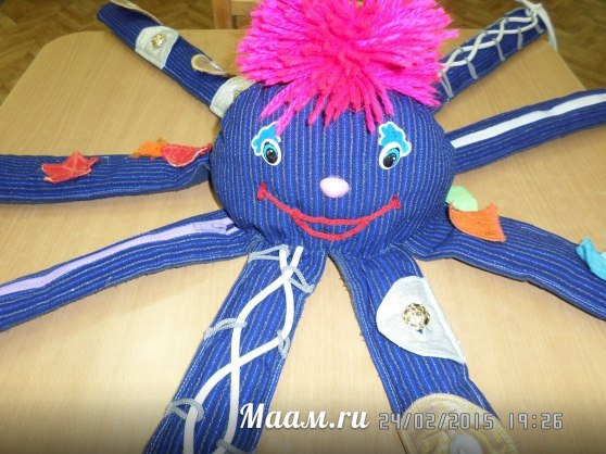 Осьминожек воспитателя Оксаны Шаповаловой научит застегивать и расстегивать пуговицы, молнии и кнопо… (1 фото) - картинка