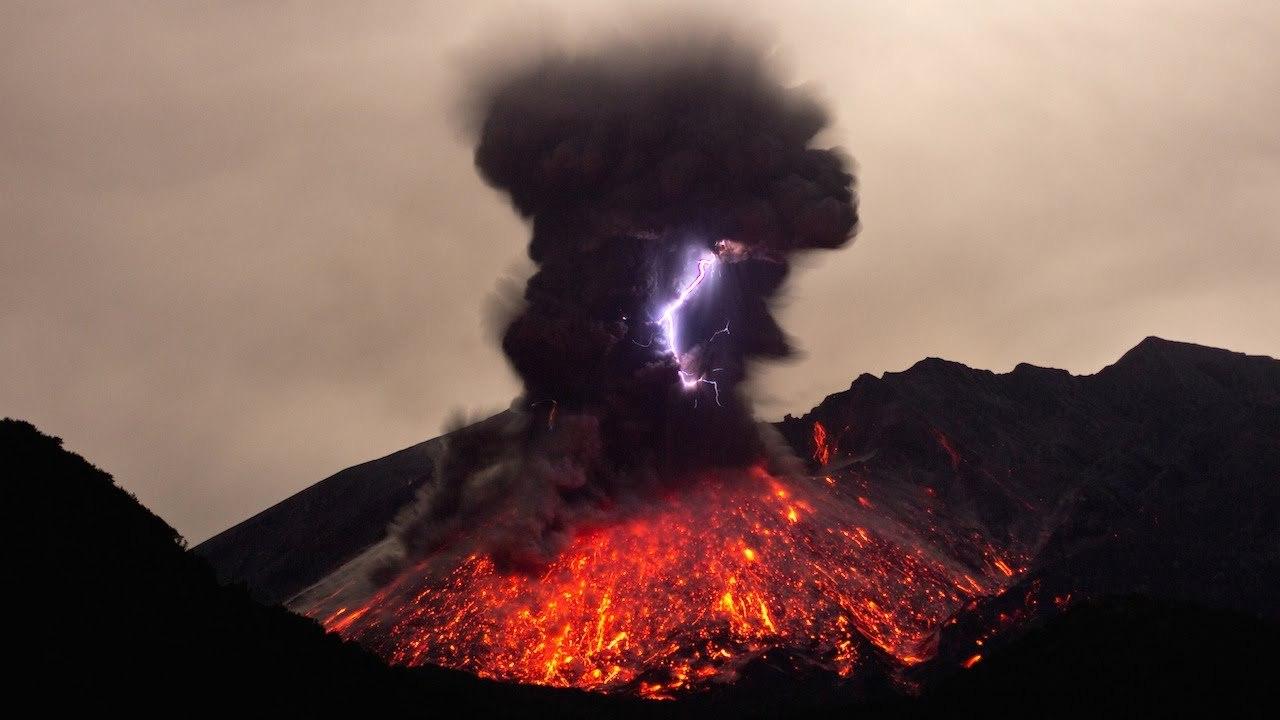 16 марта 2015 Вулканические молнии вулкана Сакурадзима 桜島на острове Кюсю Фотограф Mark Hodge Кадр из фильма режиссера Марка Сеглата. Этот невероятный кадр показывает очень активный вулкан Сакураджима на японском острове Кюсю. Немецкий видеооператор смог захватить редкое явление вулканической молнии, а также взрывную ударную волну, которая пульсировала по небу. Сакураджима, переведенная как остров Черри, регулярно извергается с 1955 года и представляет собой постоянную опасность для близлежащего города Кагошима, население которого составляет более 600 000