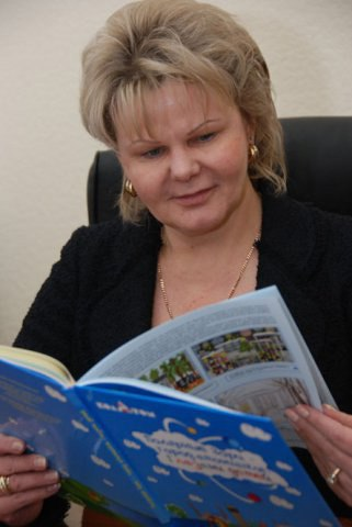 Первый заместитель губернатора Мурманской области Наталья Портная знакомится с книгой Полярные Зори - город атомщиков.