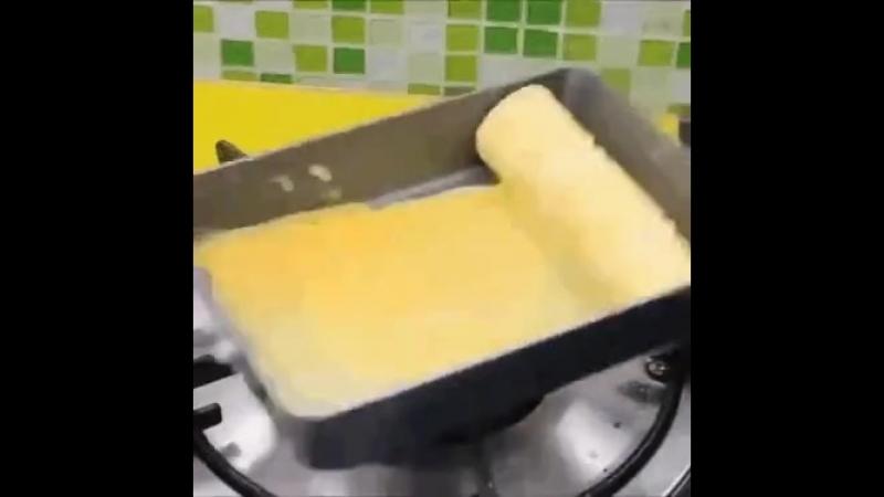 Обжариваем яйца с соевым соусом и внутрь сосиску