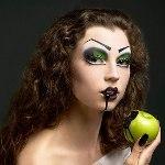 Стать ведьмой или любым другим персонажем Хэллоуина можно всего лишь благодаря хорошо подобранной косметике...
