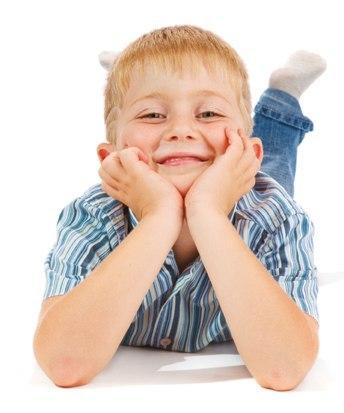 Позвонившему в дверь почтальону открывает мальчик 5 лет с сигарой в зубах. Почтальон расстерянно: - А Мама или Папа д.. дд.. дддома? Мальчик, выпуская струю дыма в лицо почтальону и счастливо улыбаясь: - Ну а сам то как думаешь?