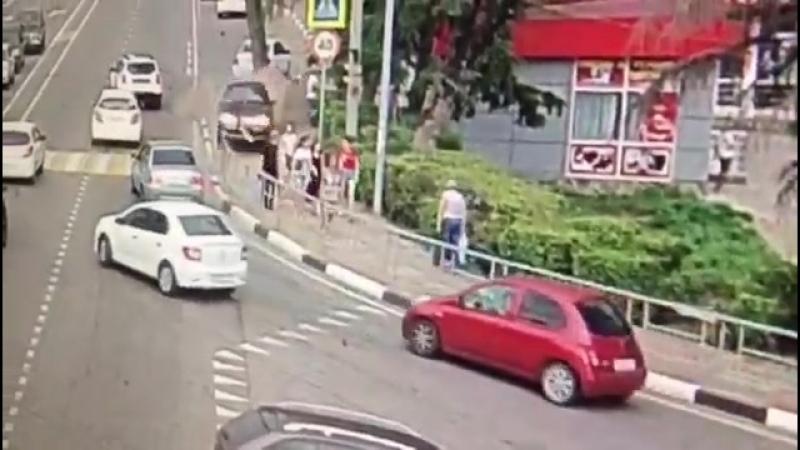 В Сочи иномарка сбила шестерых прохожих на тротуаре