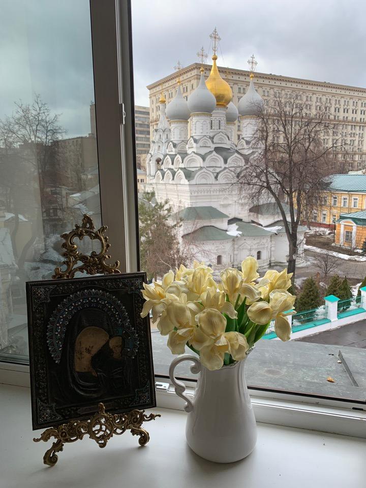 А из нашего окна площадь Красная видна. А из вашего окошка?)