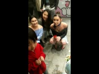 Белла с поклонниками в Ханчжоу, Китай ()