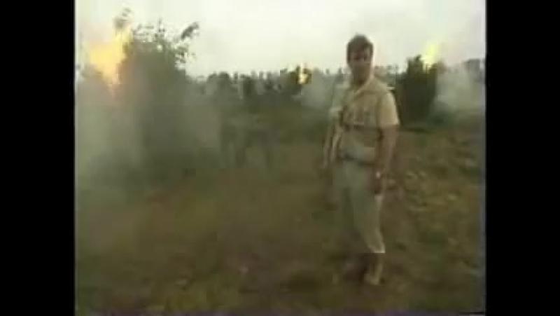 Солдаты жгут коноплю - репортер ведет об этом репортаж