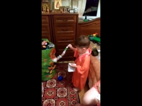 Мальчик батюшка читает молитву