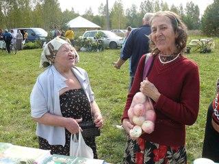 Лариса Кулькова (слева) приобрела в подарок для Раисы Александровны Жуковой (справа) яблоки.