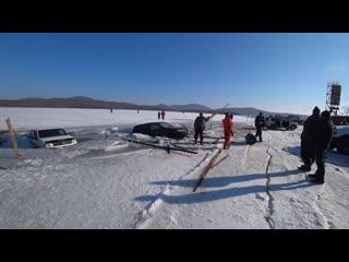 Владивосток, более 30 авто массово провалились под лёд.