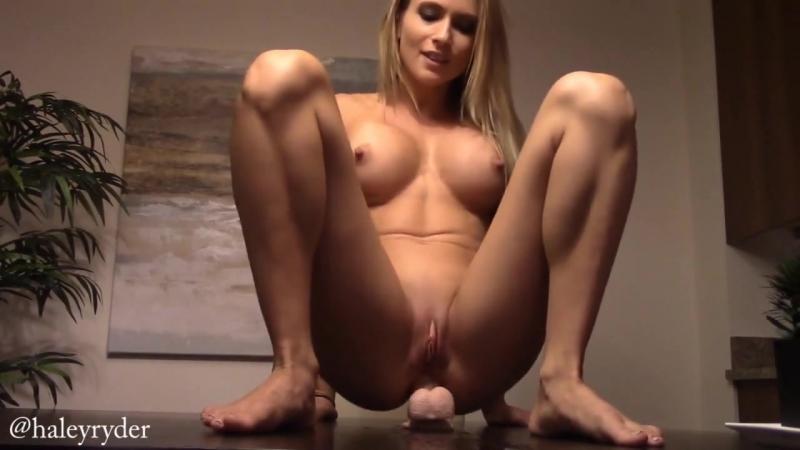 Классная тёлка насаживается пиздoй и аналом на игрушку и ссытся от кайфа. sexy blond cougar pussy anal solo masturbation squirt