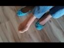 Девушка в балетках и колготках