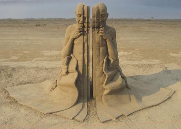 Расслоение личности: песчаные скульптуры Карла Джары Создавать песчаные скульптуры - неблагодарное занятие. Хрупкие произведения искусства разрушаются, но зато из их останков можно снова ваять
