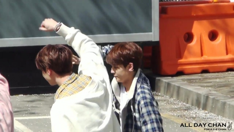 FANCAM | 11.04.18 | Chan (UNB) - Only One @ UNB Busking for Entertainment Weekly