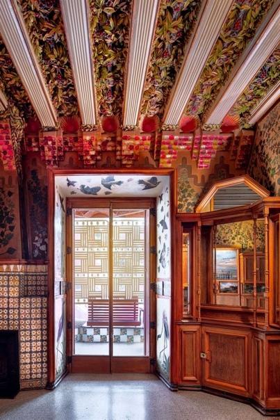 Испанский фотограф запечатлел богатую архитектуру Дома Висенса, построенного Антонио Гауди