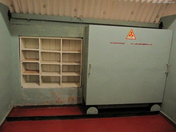 Кабинет-сейф для проверочных излучателей.