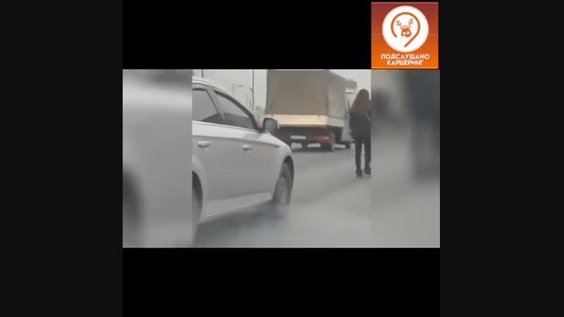 Голый мужик бросил каршеринг на дороге