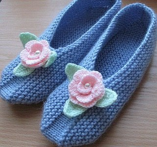 Как хочется примерить эти уютные вязанные тапочки, связанные спицами и украшенные вязанными цветочками.