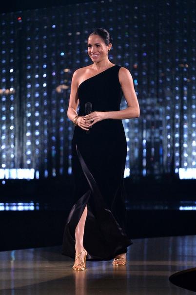 Звездам запретили приближаться к Меган Маркл на церемонии Fashion Awards Меган Маркл стала главным триумфатором этой недели: супруга принца Гарри внезапно появилась на церемонии Fashion Awards.