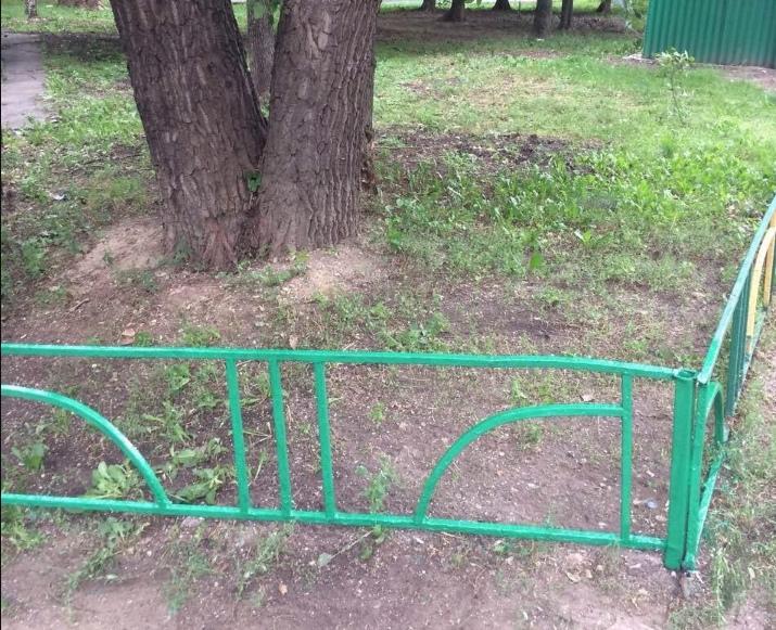 Ограждение газонов отремонтировали во дворе на Петрозаводской