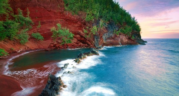 La playa Kaihalulu roja en la isla Maui.