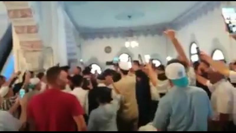 Как Халифа встречают в мечети