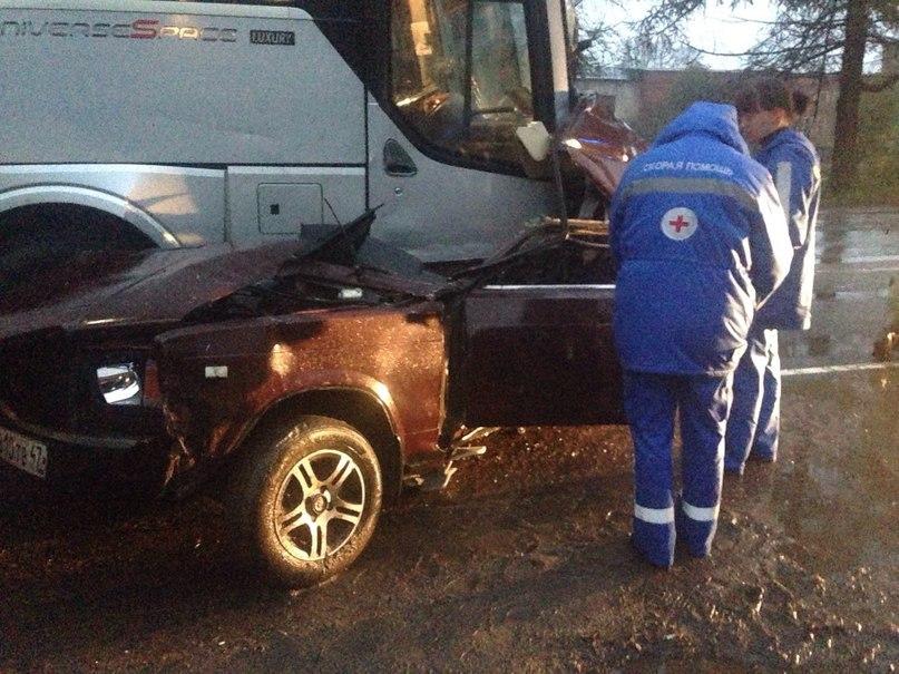 Под Петербургом пассажирский автобус не заметил легковушку и смял ее в блин – есть погибшие