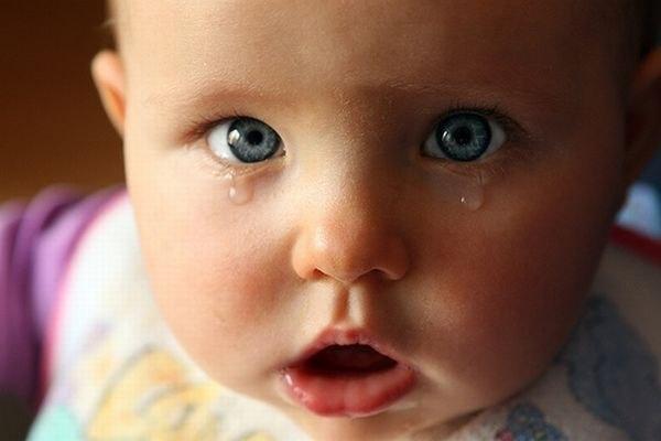 «Не ссорьтесь, мама с папой, умоляю… Прислушайтесь к совету малыша… Без вас обоих жизнь не представляю! За вас двоих болит моя душа… Вы так друг друга искренне любили, Что Бог доверил вам родить дитя. Но неужели вы про всё забыли, Каких-то пару годиков спустя? А помнишь, папа, как животик гладил Любимой маме, нежно целовал? Семью не разбивайте, Бога ради. Не нужно снова слёз, зачем скандал? Друг с другом вы попробуйте иначе Начать о самом важном разговор… Ведь главное, у вас здоровый мальчик,…