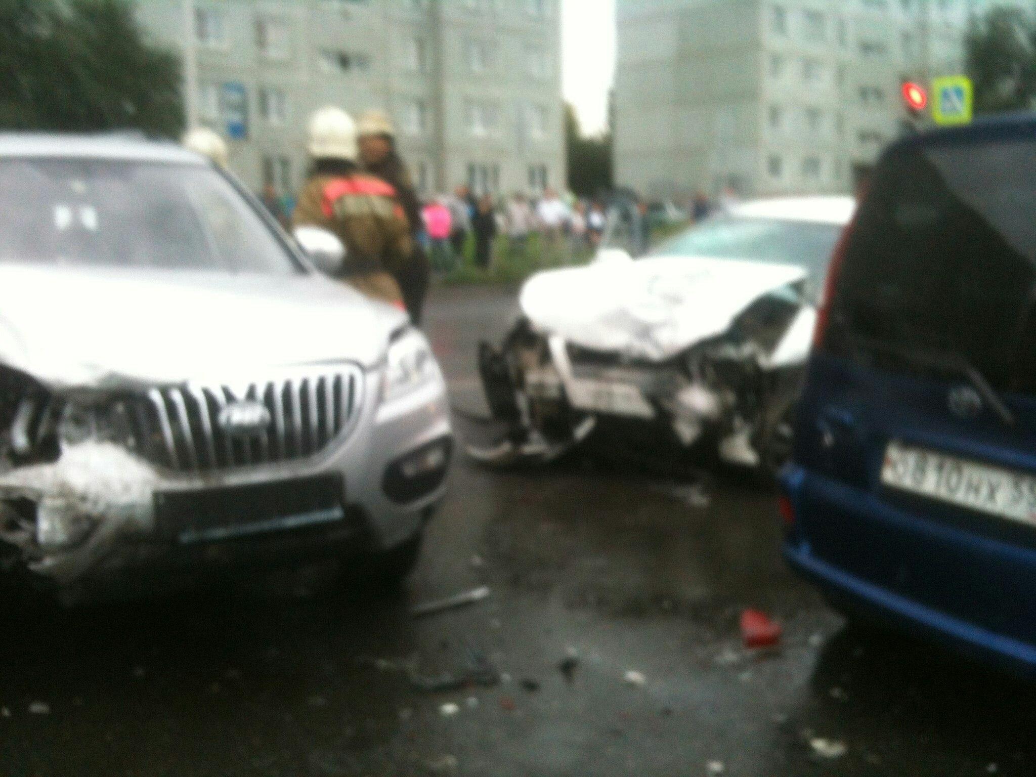 ВОмске шофёр  протаранил три машины, пролетая повстречке на«красный»