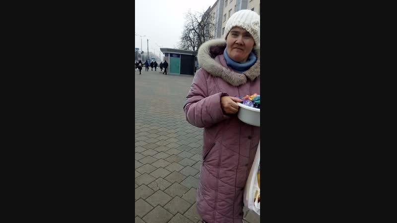 Женщина инвалид снова продаёт шарики