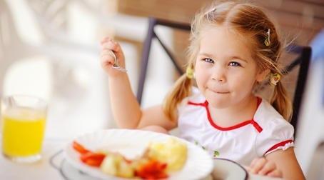ЗДОРОВОЕ МЕНЮ ДЛЯ РЕБЁНКА НА КАЖДЫЙ ДЕНЬ ПОСЛЕ 3Х ЛЕТ В возрасте около 3 лет ребенок переходит на общий стол. Советы детского гастроэнтеролога, как правильно организовать детское меню, чтобы малыш получал все необходимые питательные вещества. В день ребенок старше 3 лет ест 4-5 раз (примерно каждые 3-3,5 часа) в зависимости от продолжительности его «рабочего» дня. Выработав подходящий вам режим, важно соблюдать его: -если ребенок ходит в детский сад, нужно определиться, завтракает он дома или…