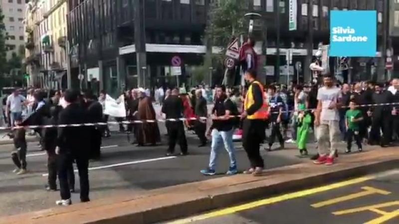 ...исламизация на итальянских улицах... В Милане площадь Центрального вокзала заблокирована исламской процессией для самобичева