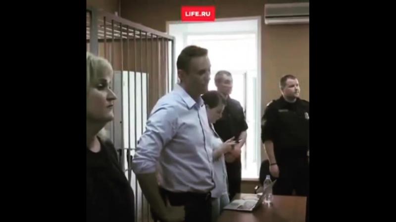 Сисян ухмыляется в суде.