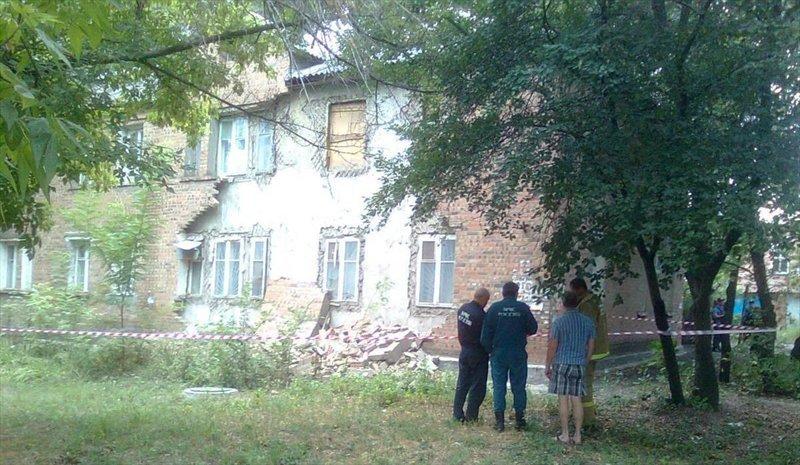 В Таганроге обрушилась стена аварийного жилого дома