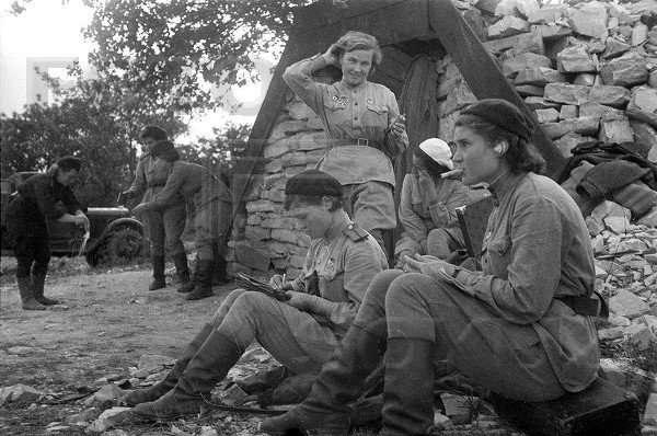 Смотреть порно отряд солдат пустила по кругу молодую красивую тёлку