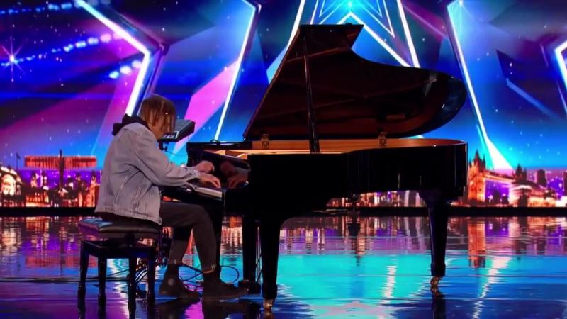 Пианист поражает всех своим миксом классической и современной музыки