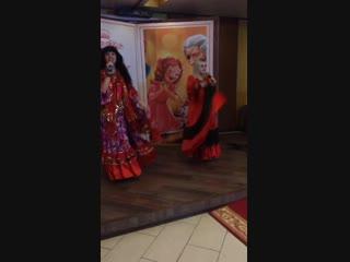 Поют - Ирина Звягина и Таня Бондаренко