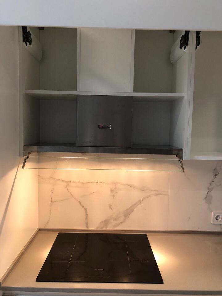 В том, чтобы не доводить кухню до потолка я вижу сразу несколько преимуществ.