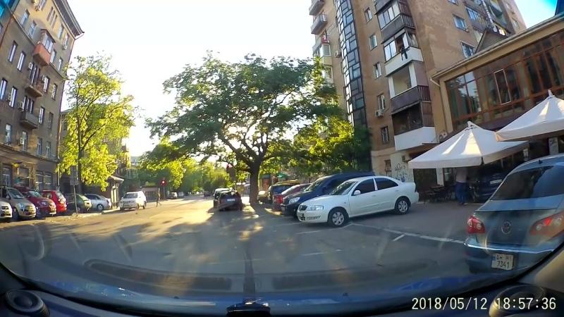 ДТП пьяный муж решил научить жену водить машину. Въехали в кафе, в летнюю площад