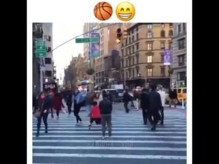 Дриблинг на пешеходном переходе