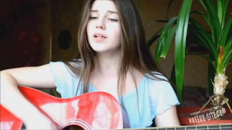 Девушка красиво поет под гитару на стихи Есенина Заметался пожар голубой