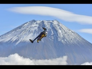 Watch Yves Rossy Flies Around Mount Fuji in A Jet Pack