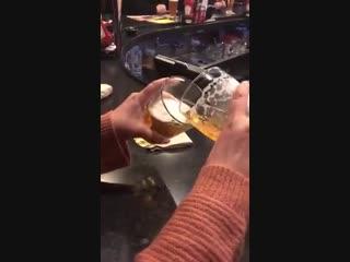 Типичная разница между маленькой и большой порциями пива в баре