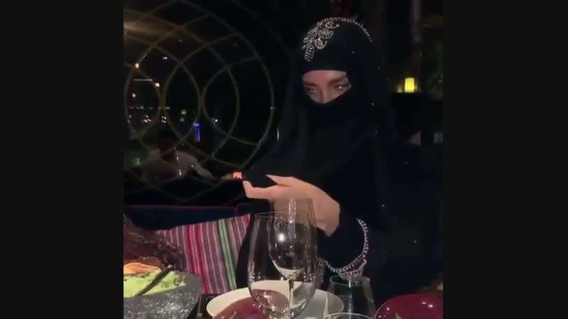 Как кушают арабские девушки не снимая никаб