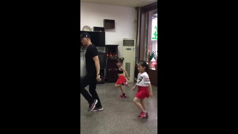 Тайские дети мощно танцуют