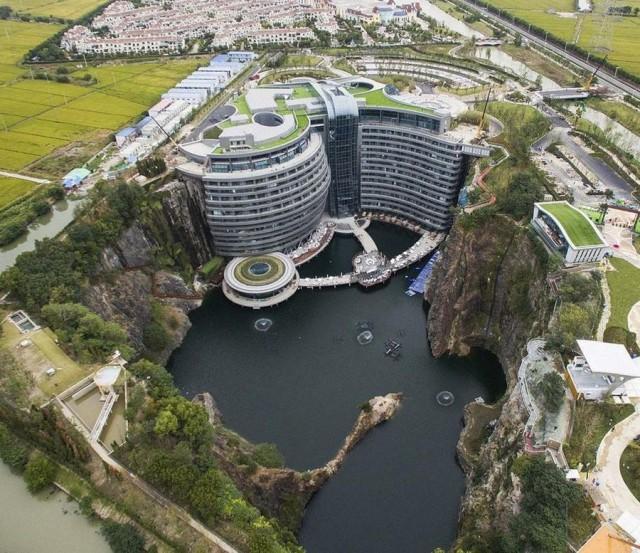 Отель в карьере. Китай
