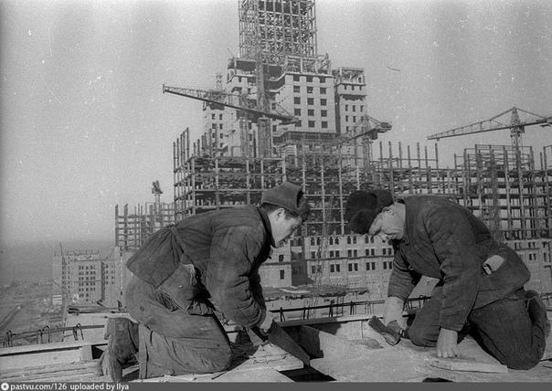 Строительство здания МГУ.