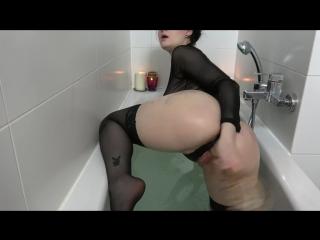 Alissa noir - squirting in der badewanne (1080p) [amateur, gothic girl, solo, masturbation, bathtub, lingerie, toys, squirt]